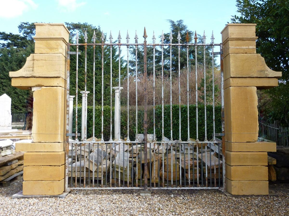 Antique gate, Gatepillar  - Wrought iron, stone - Restauration - XIXth C.