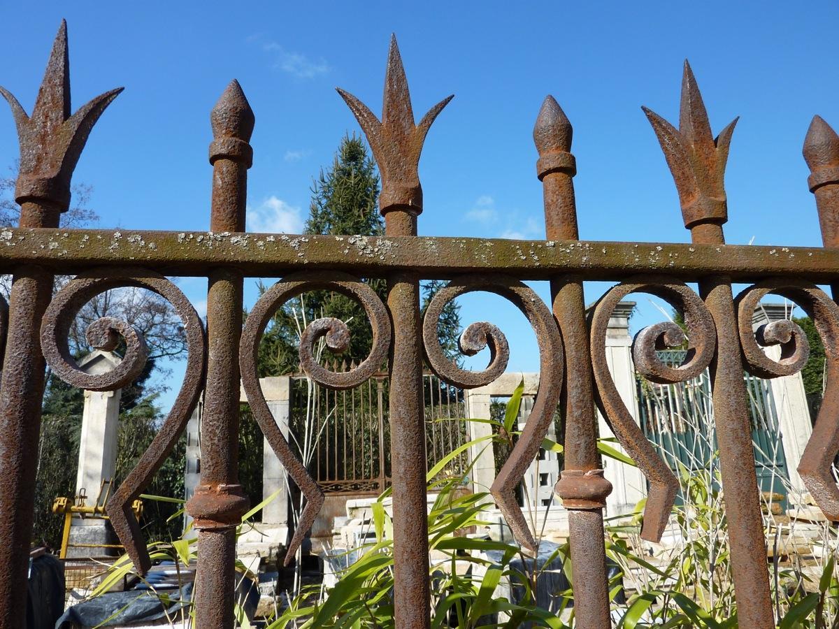 Portail ancien piliers en pierre pierre et fer forg for Petit portail en fer forge