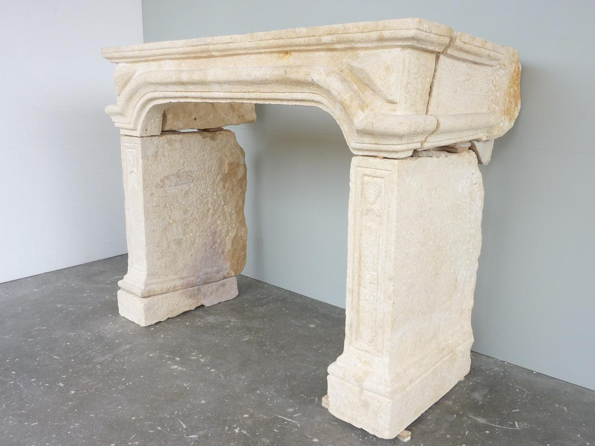 Antique fireplace  - Stone - Louis XIV - XVII<sup>th</sup> C.